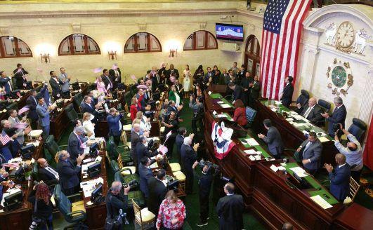 Asamblea Legislativa celebra ciudadanía americana con increíble canto
