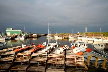 Fin de journée ensoleillée au port de Seacow Pond avec les bateaux et les casiers à homard en bois (Île du Prince-Édouard, Canada) ©Bertrand Lemeunier