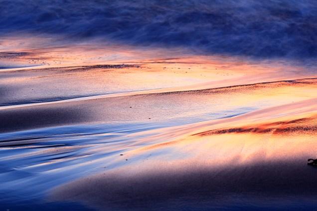 Détails des vagues au coucher du soleil (îles de la Madeleine, Québec, Canada) ©Bertrand Lemeunier
