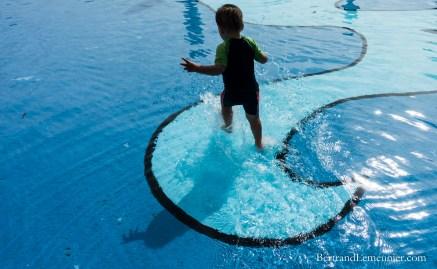 Léo jouant dans la piscine extérieure d'un petit parc à Greymouth (Nouvelle-Zélande)