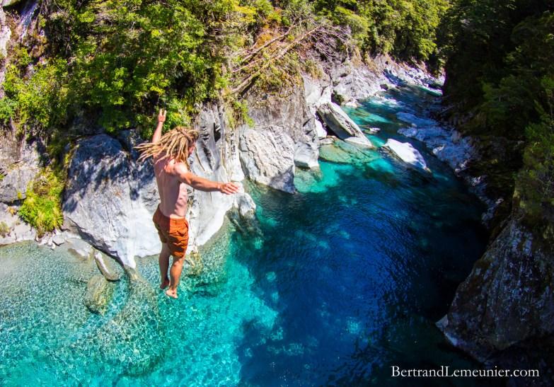 Plongeon dans la rivière Makarora - Parc National Mt Aspiring, Nouvelle-Zélande