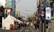 A quiet Christmas market in Hongdae.