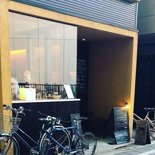 大国魂神社直ぐ傍の喫茶店。ちょっとおしゃれなお店だよ!タイミング悪くて人の顔が映り込みすぎたから、アングル微妙(・ω・`)