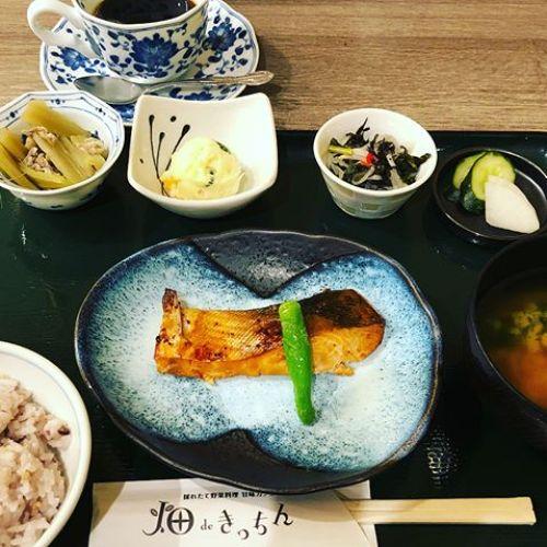 今日のランチは旬の野菜を使ったお魚の日替わりランチです!880円ですけど、満足できると思います。日替わりはお肉とお魚があるんですよ!ご飯は雑穀ご飯なので、好みはあると思いますけど、個人的にはお勧めできるかな笑やる気が起きなくてお弁当作れなくて困ってますけど、食欲はとどまるところをしらない笑