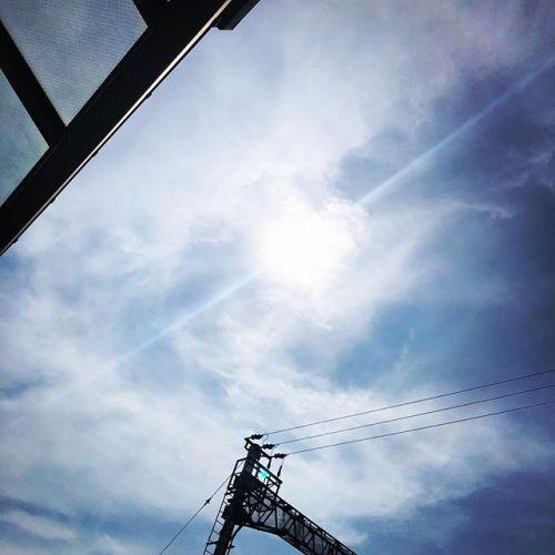 今日もいい天気です。少し雲はありますけど、お日様はさんさんと輝いています。暑いですを