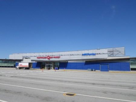 だだっ広いフェリー待機の駐車場の中にあるマーケット。(C) Blue Works