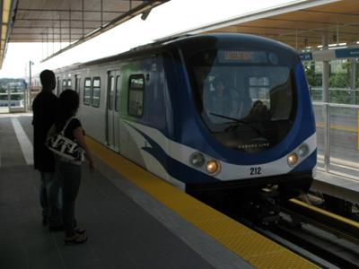 スカイトレインの空港アクセス、カナダライン。ブリッジポート駅へは、この電車でアクセスします。