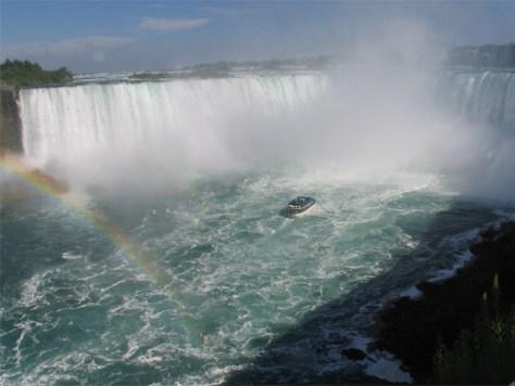 ナイアガラの滝といえば、やはり、これ!青いカッパに身を包み、豪快に水しぶきを浴びます!