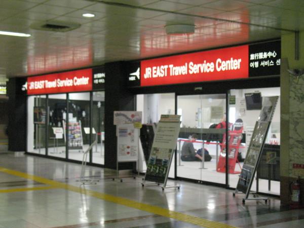 外国人旅行者用カウンターを利用。駅の改札横ではありません。(C) Blue Works