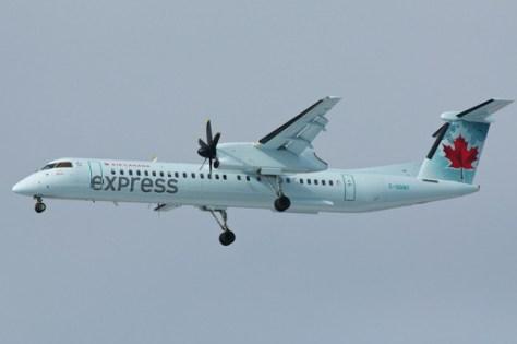 エアカナダのイエローナイフ行きの国内線は、このQ400シリーズが運用されている。(C) AIr Canada Express C-GGNY by BriYYZ