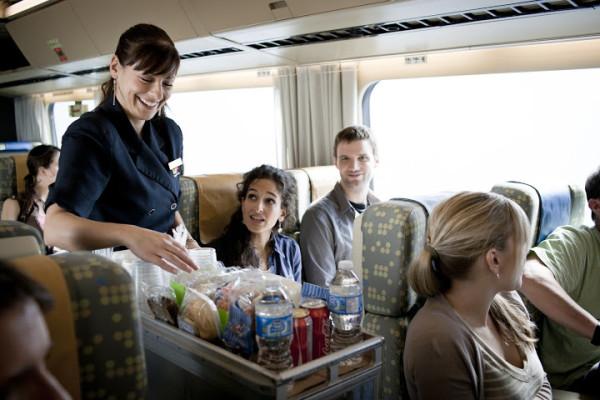 お値段高めのビジネスクラスだと食事が含まれるが、エコノミークラスだと車内販売を利用。ただ、座席に大きな差はない。 (C) VIA Rail Canada
