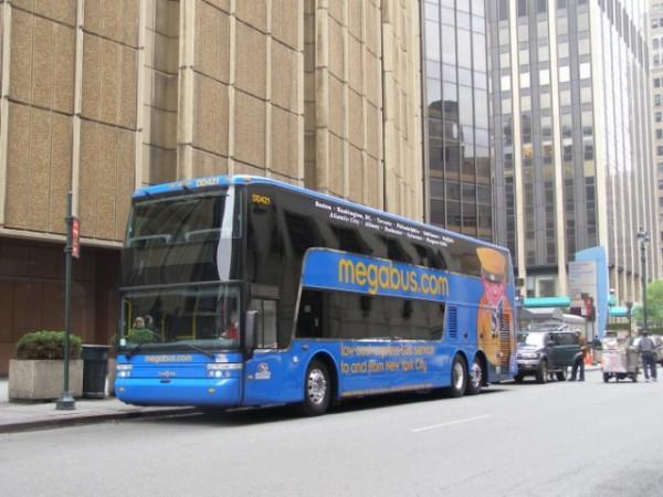 ロングボディーの2階建てバスで運行 (C) Megabus.com