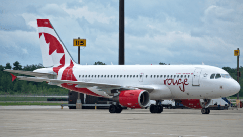 "エアカナダ・ルージュの機体。関空路線のものとは機種が異なります。(C)""Air Canada Rouge A319"" by Yan Gouger - Own work. Licensed under CC BY-SA 3.0 via Wikimedia Commons - http://commons.wikimedia.org/wiki/File:Air_Canada_Rouge_A319.png#mediaviewer/File:Air_Canada_Rouge_A319.png"