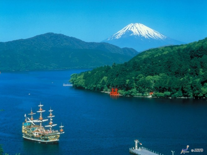 Lake Ashi and Mt. Fuji ©Odakyu Electric Railway/©JNTO