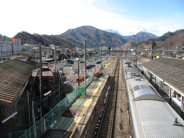 I took this picture from overpass between #3 and #4/#5 platform. Red brown color train (left) is Fuji Kyuko's Fuji Tozan Densha. (C) JP Rail