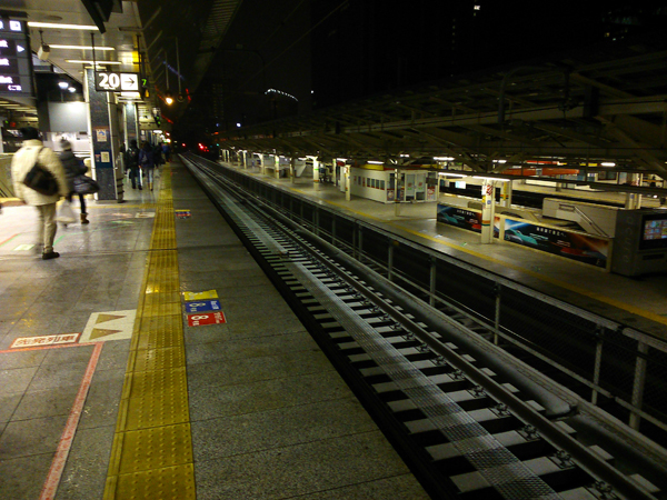 At Tokyo station, 6:00 am. I did not see any snow on the ground at that time.