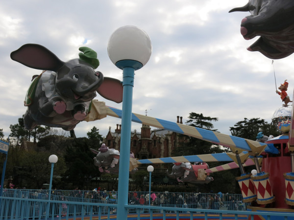Dumbo attraction cannot take many riders at once. It takes a long time to wait even though line up is not much long.