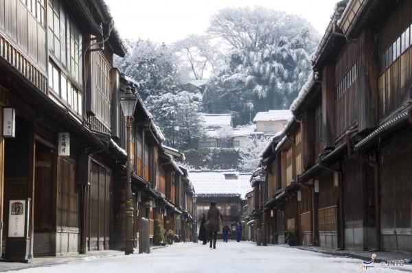 Higashichayagai area is one of most popular spots in Kanazawa. (C) Kanazawa City / JNTO