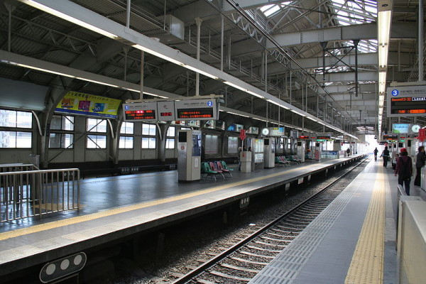 Hankyu Railway Kobe-Sannomiya station platforms (C) Corpse Reviver (Own work) (GFDL  or CC-BY-SA-3.0), via Wikimedia Commons