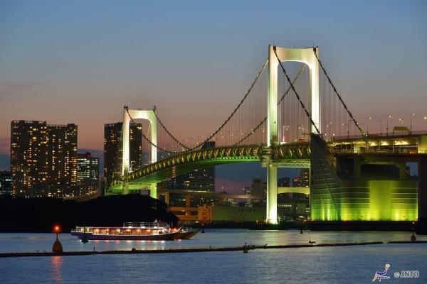 The view of Rainbow Bridge from Odaiba (C) Mike Luk / JNTO