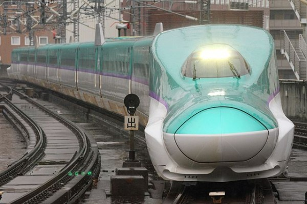 H5 series will run on Hokkaido Shinkansen as Hayabusa and Hayate. This fleet is same series as Tohoku Shinkansen E5 series. (C) By Sukhoi37 (Own work),  JR Hokkaido H5 series shinkansen set H1 approaching Sendai Station on a test run,CC BY-SA 4.0 , via Wikimedia Commons