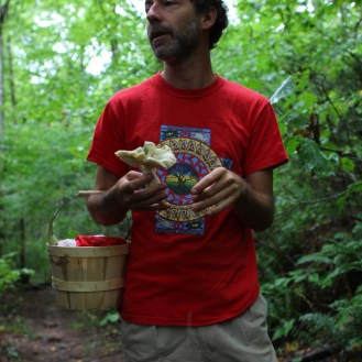 Alan Muskat explaining the edibility of a slimy green mushroom