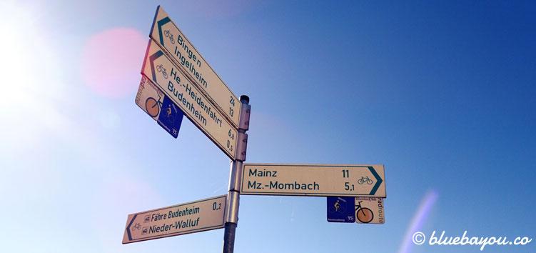 Motivierend: der Wegweiser nach Mainz, mit kurzen elf Kilometern.