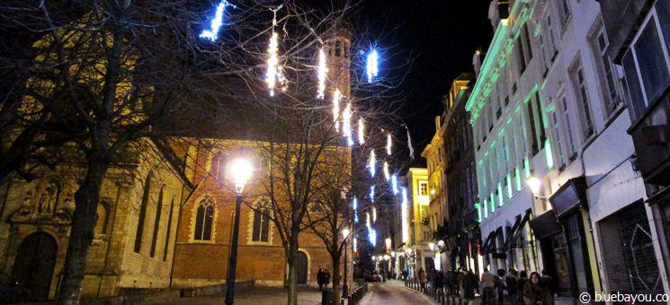 Eine weihnachtlich geschmückte Straße im Brüsseler Zentrum.