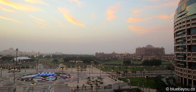 Ausblick auf das Emirates Palace Luxushotel bei meiner Reise nach Abu Dhabi.