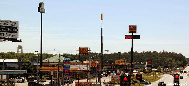 Eine typische Ausfahrt entlang der Interstate: alle paar Meilen gibt es Tankstellen, Hotels und Essgelegenheiten.