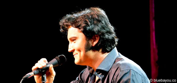 Ben Portsmouth schenkt seinem Publikum ein Lächeln und sieht dabei so gut aus, wie Elvis.
