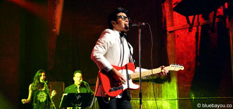 Dean Z als Buddy Holly während der Elvis Week mit seiner Frau Stephanie im Hintergrund.