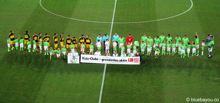 Die Mannschaften des BVB und VfL vor Spiielbeginn in der Volkswagen Arena.