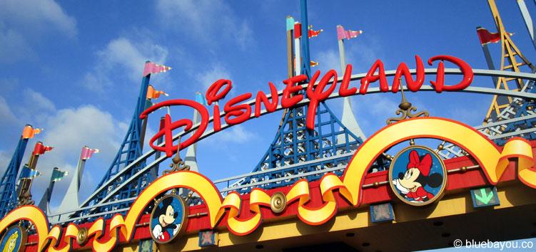 Einfahrt ins Disneyland Paris.