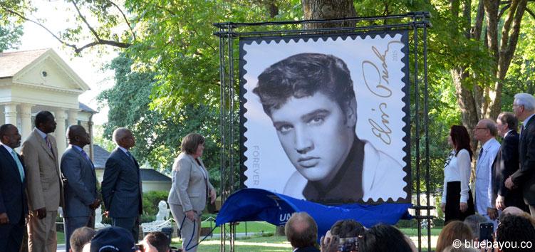 Priscilla Presley half die neue Elvis-Briefmarke zu präsentieren.