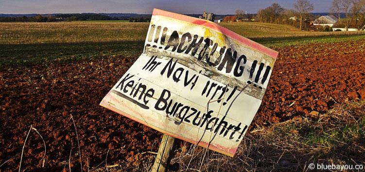 """Das erste Schild auf dem falschen Weg zur Burg Cochem: """"Achtung! Ihr Navi irrt! Keine Burgzufahrt!"""""""