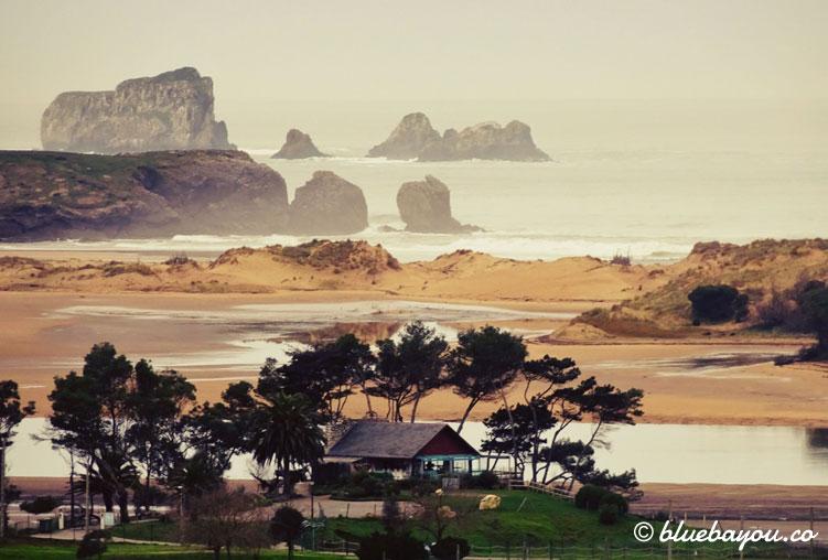 Fernblick auf den Ria de Mogro und das Meer.