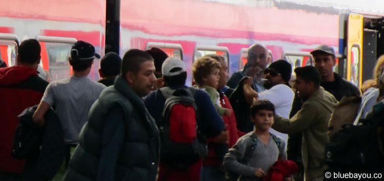 12.09.2015: Ankommende Flüchtlinge am HBF München. Mehr als 50 Personen werden es kaum sein.