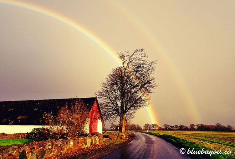 Fotoparade Wetter: Dieser doppelte Regenbogen hinter einer Kurve bot sich mir in Dänemark auf dem Weg nach Blåvand.