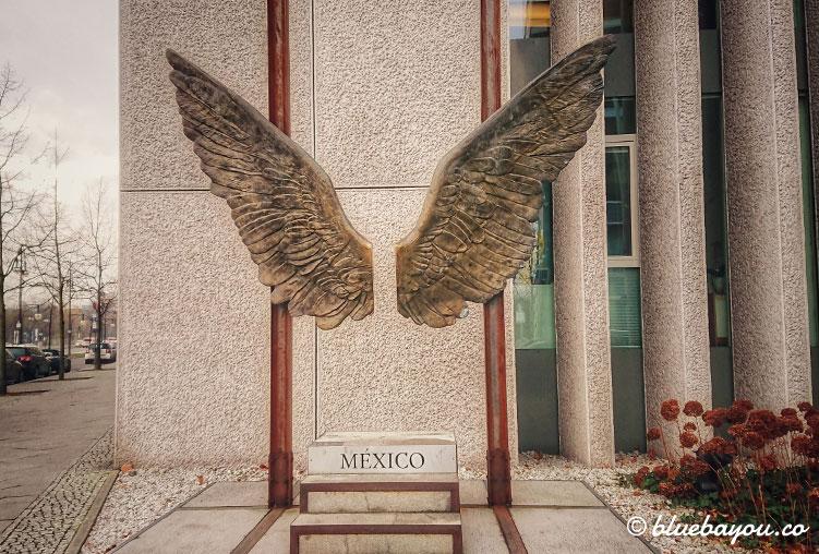 Fotospot Berlin - Insidertipp: vor der Botschaft von Mexiko warten zwei goldene Flügel auf Hobby- und Profi-Fotografen.