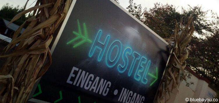 """Der Eingang zur Haunted House Attraktion """"Hostel"""" beim Halloween Horror Fest im Movie Park Germany."""