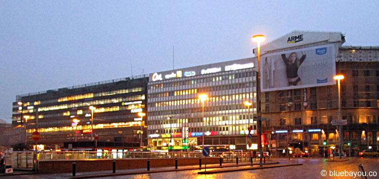 Der Blick vom Bahnhofsplatz in Helsinki, Finnland.