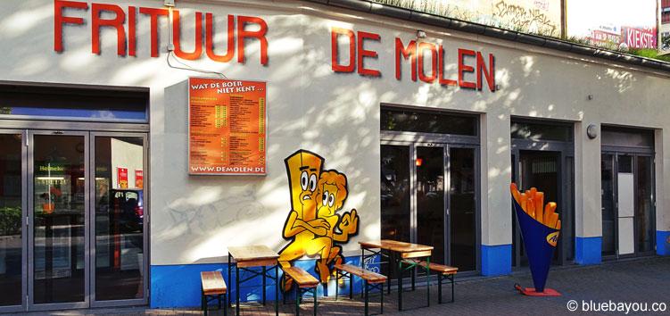 Die holländische Snackbar De Molen in Berlin Friedrichshain von außen.