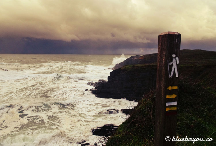 Jakobsweg-Schild am Meer entlang des Küstenwegs.