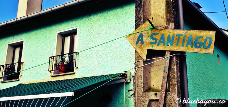 Jakobsweg-Schild in einem Dorf entlang des Camino del Norte.