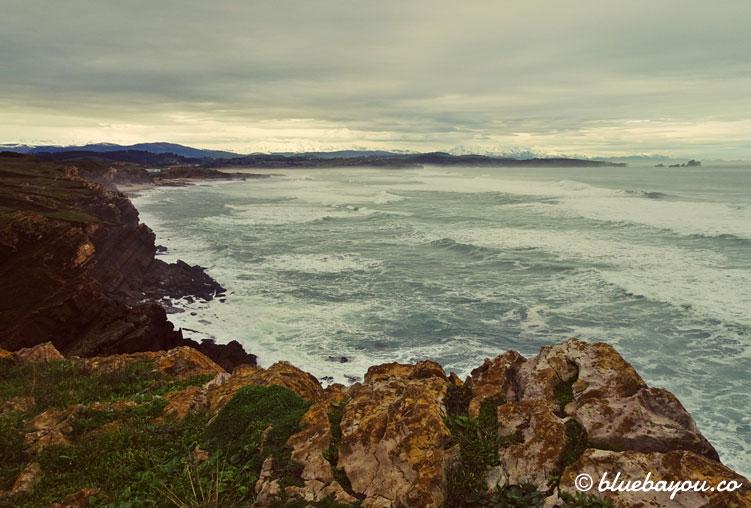 Blick zurück auf die Klippen und das Meer.