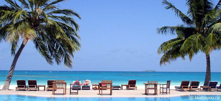 Blick vom Pool auf das Meer auf den Malediven.