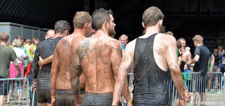 Die Finisher kamen mal mehr und mal weniger verschlammt ins Ziel des Mud Masters Obstacle Runs 2016 in Weeze.