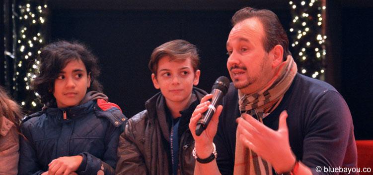 Patrick Philadelphia beantwortet die Fragen des 12-jährigen Artistenschülers Mike (mitte).