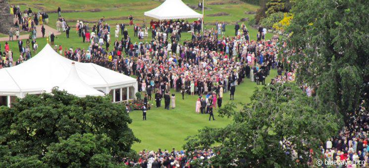 Die Royal Garden Party der Queen in Edinburgh, Schottland. Eventuell ist sie auch auf dem Bild!